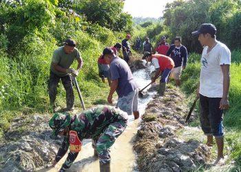 Babinsa Koramil 0907/02 Tarteng Sertu Arifin Rgg bersama warga binaanya bersihkan saluran air di RT.18 Kel.Kampung Skip 1. Foto:Pendim 0907/Trk