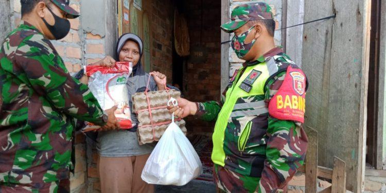 Danramil 0907/02 Tarteng di Dampingi Babinsa Memberikan Bantuan Sembako Kepada Warga Binaan Yang Membutuhkan.Foto: Doc.Babinsa Dim 0907/Trk