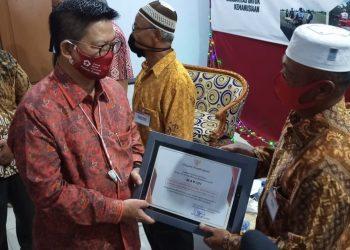 Irianto Lambrie Menyerahkan Piagam Penghargaan Pendonor 75 Kali