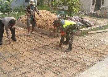 Babinsa Koramil 0907/03 Tarakan Barat Sertu Safi'i bersama warga melaksanakan karya bakti pengecoran jalan di RT.16 Kel.Karang Harapan.Foto: Doc.Babinsa Dim 0907 Tarakan