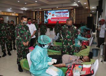 Dalam Rangka Menyambut HUT TNI Ke 75 Kodam VI/Mulawarman bekerja sama dengan Palang Merah Indonesia (PMI) Balikpapan menggelar bakti sosial (baksos) donor darah yang dilaksanakan di Aula Makodam VI/Mulawarman. Foto: Penerangan Kodam VI Mulawarman