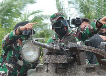 Pangdam VI/Mulawarman meninjau pelaksanaan latihan UST (Uji Siap Tempur) tingkat Kompi Batalyon Kavaleri (Yonkav) 13/SL yang dilaksanakan di Puslatpur AD Amburawang Kutai Kartanegara, Kalimantan Timur. Foto: Penerangan Kodam VI Mulawarman