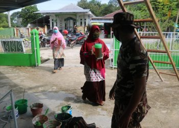 Ibu ibu RT 16 Menyiapkan Logistik Berupa Makanan Ringan dan Minuman Untuk Personel Satgas TMMD. Foto: Penerangan Kodim 0907 Tarakan