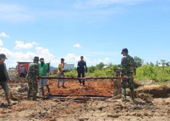 Personel Satgas TMMD Bersama Warga Memperbaiki Jembatan Sementara Untuk Memperlancar Material Masuk Ke Lokasi. Foto: Penerangan Kodim 0907 Tarakan