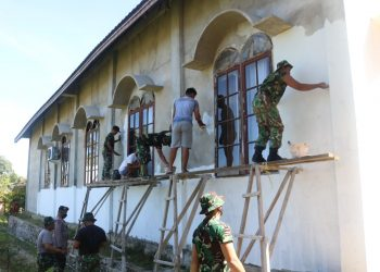 Personil Satgas TMMD bersama Warga melakukan pengecatan dasar dinding Gereja Pantekosta Serikat Indonesia. Foto: Penerangan Kodim 0907 Tarakan