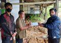 Wakil Ketua Komite II DPD RI Hasan Basri melalui stafnya menyerahkan bantuan kepada korban tanah longsor di Kota Tarakan, Senin (28/9). Foto : Istimewa