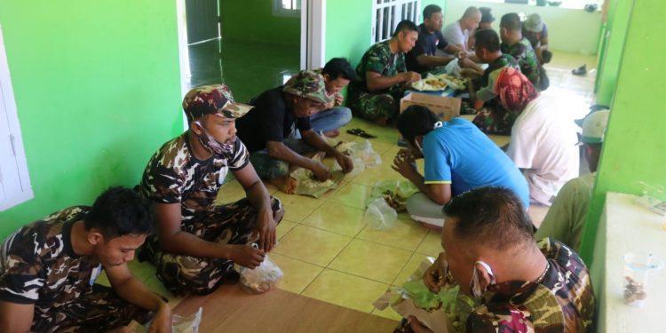 Meciptakan Rasa Kebersamaan Satgas TMMD dan Masyarakat Makan Bersama. Foto: Penerangan Kodim 0907 Tarakan