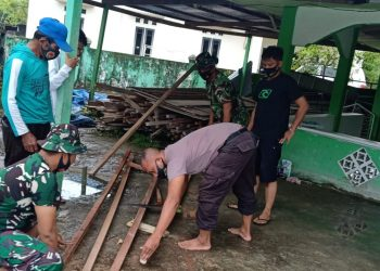 Sinergitas TNI Polri Bahu Membahu Dalam Merehab Masjid An Nur di Kelurahan Karang Harapan. Foto: Penerangan Kodim 0907 Tarakan