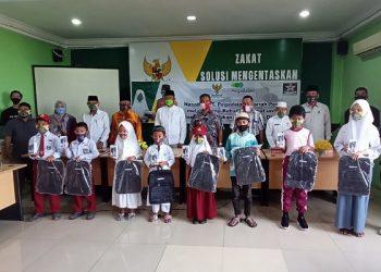 Foto Bersama Walikota Tarakan, Pengurus Baznas dan Pelajar Tidak Mampu Usai Menerima HP. Foto: fokusborneo.com