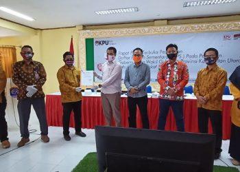 Ketua Bawaslu Tarakan Zul Fauzy (baju putih) menerima hasil DPS dari Ketua KPU Tarakan Nasruddin. Foto: fokusborneo.com