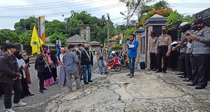 Puluhan Mahasiswa Kota Tarakan Gelar Unjuk Rasa di Depan Kantor DPRD Tarakan, foto: fokusborneo.com
