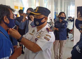 Kepala KSOP Kelas III Tarakan Agus Sularto Memakaikan Masker Kepada Buruh di Pelabuhan Tengkayu I SDF. Foto: fokusborneo.com