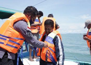 Kasi Keselamatan Berlayar, Penjagaan, dan Patroli KSOP Kelas III Tarakan Syaharuddin Memakaikan Life Jacket Kepada Nelayan di Tarakan. Foto : Istimewa/KSOP