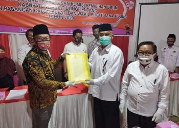 Ketua KPU Tana Tidung Hendra Wahyudhi menyerahkan berita acara keputusan penetapan empat paslon di Pilkada 2020 kepada salah satu paslon di Kantor KPU, Rabu (23/9). Foto : Istimewa