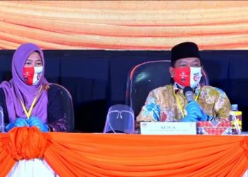 Ketua KPU Provinsi Kaltara Suryanata Al Islami memimpin rapat pleno penetapan dan pencabutan nomor urut paslon Pilgub Kaltara 2020, Kamis (24/9). Foto : Istimewa