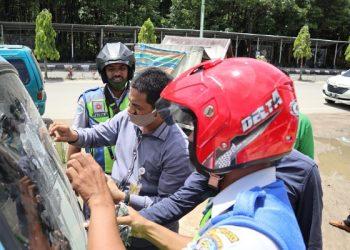 Ketua Bawaslu Kota Tarakan Zulfauzy Hasly memimpin langsung penertiban algaka paslon Pilgub Kaltara 2020, Jumat (25/9). Foto : Istimewa