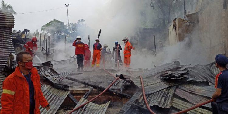 Tim pemadam kebakaran melakukan pendinginan di lokasi kebakaran. Foto: fokusborneo.com