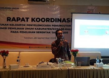 Anggota KPU Provinsi Kaltara Hariyadi Hamid memberikan materi di rakor pembentukan KPPS dengan KPU Kabupaten dan Kota se-Kaltara di Kota Tarakan, Senin (28/9). Foto ; Fokusborneo.com