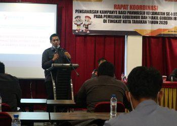 Ketua Bawaslu Kota Tarakan Zulfauzi Hasly membuka acara rakor sekaligus pembekalan pengawasan tahapan kampanye kepada Panwaslu Kecamatan di Hotel Galaxi, Senin (28/9). Foto : Istimewa