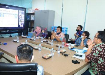 Sekprov Kaltara, H Suriansyah bersama Plt Kepala BPKAD Kaltara Denny Harianto saat mengikuti Rapat Monev dengan Tim Korsupgah KPK secara virtual, Kamis (3/9).Foto:Humas Pemprov kaltara