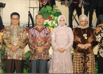 Gubernur Kaltara, Dr H Irianto Lambrie bersama istri, Hj Rita Ratina berfoto bersama Kapolda Kaltara Irjen Bambang Kristiyono dan istri, serta pejabat Kapolda sebelumnya Irjen Indrajit dan istri, Rabu (2/9) malam. Foto: Humas Pemprov Kaltara