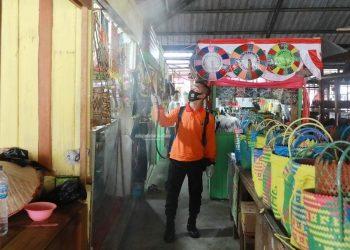 Petugas BPBD Kaltara saat melakukan penyemprotan disinfektan di Pasar Induk, Tanjung Selor, baru-baru ini.Foto:Humas Pemprov kaltara
