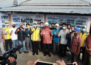 Gubernur Kaltara, Dr H Irianto Lambrie saat meninju proyek penataan kawasan kumuh di RT 8 Juata Laut, Tarakan Utara, baru-baru ini. Foto : Humas Pemprov Kaltara