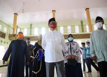 Gubernur Kaltara, Dr H Irianto Lambrie meninjau keadaan Masjid Sirajul Huda Sabanar Baru yang diresmikan setelah dilakukan pengguntingan pita pada Ahad (20/9). Foto: Humas Pemprov Kaltara