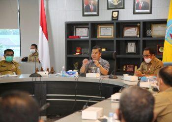 Pjs Gubernur Kaltara Teguh Setyabudi saat memimpin rapat staf. Foto: Humas Pemprov Kaltara