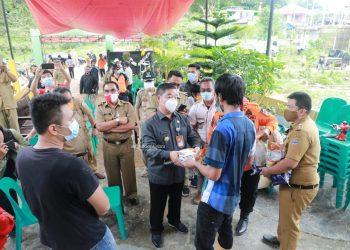 Pjs Gubernur Kaltara Teguh Setyabudi saat memberikan bantuan kepada korban Tanah Longsor di Tarakan. Foto: Humas Pemprov Kaltara