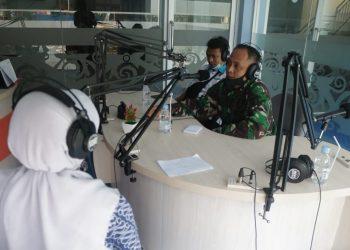 Dandim 0907/Tarakan Letkol Inf Eko Antoni Chandra Lestianto dalam dialog bersama salah satu stasiun radio di Kota Tarakan. Foto: Penerangan Kodim 0907 Tarakan