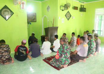 personel Satgas TMMD tetap menjalankan kewajiban menunaikan ibadah Sholat.Foto: Penerangan Kodim 0907 Tarakan