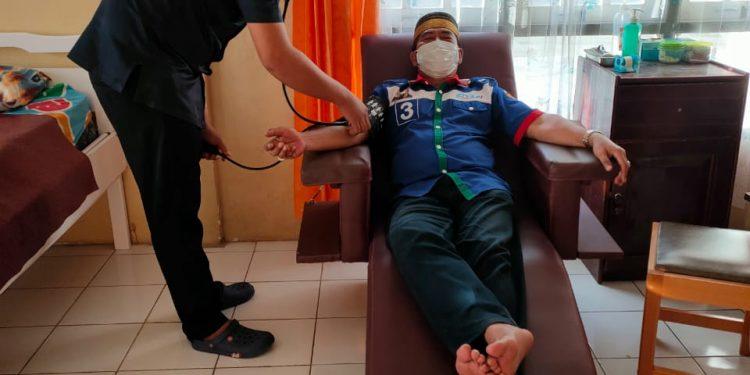 Disela kesibukannya menggelar kampanye tatap muka di sejumlah desa di Kabupaten Bulungan, Calon gubernur Kaltara Zainal Arifin Paliwang menyempatkan diri mendonorkan darahnya kepada yang membutuhkan. Foto : TMC ZIYAP