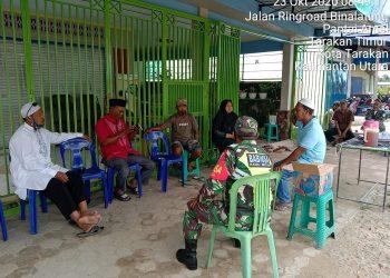 Kodim 0907 Tarakan, Serda Ilyas mengedukasi masyarakat akan pentingnya protokol kesehatan. Foto: Babinsa Kodim 0907 Tarakan