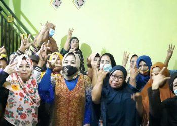 Istri calon gubernur Kaltara Hj Rachmawati bersama relawan Kartini ZIYAP saat sebelum melakukan doa bersama menjelang debat publik pertama Pilgub Kaltara. Foto: Tim Media ZIYAP