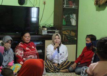 SILATURAHMI : Hj. Rachmawati Zainal melakukan silaturahmi dengan emak-emak pendukung paslon Zainal-Yansen di Kelurahan Juata Laut, Kecamatan Tarakan Utara. Foto: Tim Media Ziyap