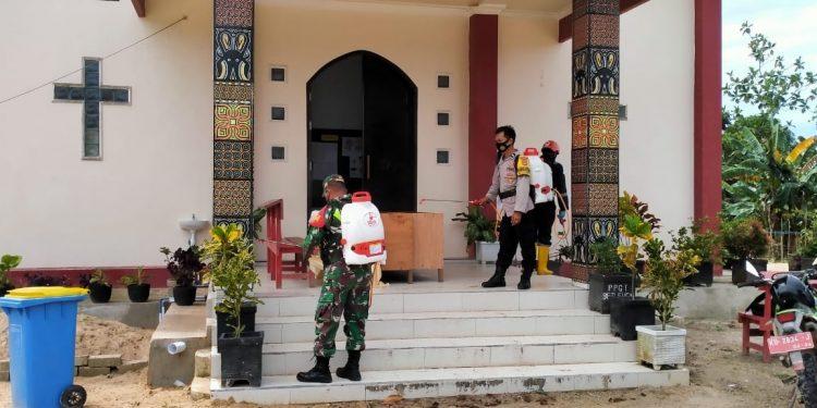 Babinsa Koramil 0907/03 Tarakan Barat bersama PMI Kota Tarakan melaksanakan penyemprotan disinfekan bersama di Gereja Toraja Rante Marennu dan rumah warga. Foto: Penerangan Kodim 0907 Tarakan