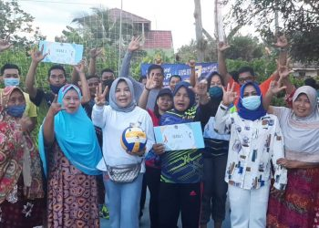 Hj. Rachmawati Zainal menyambangi pertandingan bola voli para Milenial ZIYAP di Kelurahan Gunung Lingkas. Foto: Tim Media Ziyap