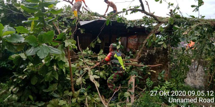 KODIM 0907 TARAKAN : Serma Suprianto, Babinsa Koramil 0907/02 Tarakan Tengah turun langsung bersama Destana dan warga sekitar membantu proses pembersihan dilokasi kejadian. Foto : Penerangan Kodim 0907 Tarakan