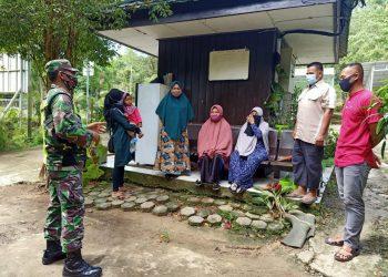 EDUKASI : Babinsa Kodim 0907 Tarakan memberikan edukasi kepada warga agar selalu taat protokol kesehatan dengan membiasakan diri untuk melakukan 3 M. foto : Istimewa