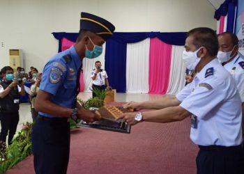 Direktur Keamanan Penerbangan, Elfi Amir Menyerahkan Piagam Penghargaan Kepada Personil Avsec Bandara Juwata Tarakan. Foto: Fokusborneo.com