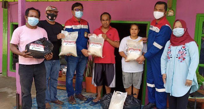Field Manager PEP Tarakan Field Agung Wibowo (kacamata) Simbolis Serahkan Bantuan Untuk Korban Bencana Longsor di RT 19 Karang Anyar Pantai, Kota Tarakan. Foto: fokusborneo.com