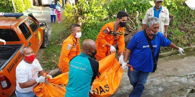 Tim SAR Mengevakuasi dan Menyerahkan Korban ke Pihak Keluarga. Foto: Istimewa/Basarnas Tarakan
