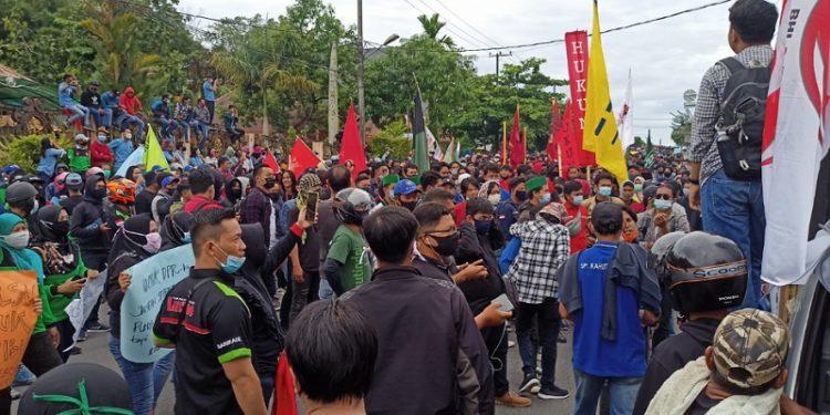 Tolak Omnibuslaw: Ratusan Mahasiswa dan Buruh Unjuk Rasa di Depan Kantor DPRD Tarakan. Foto: fokusborneo.com