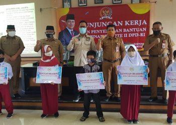 Wakil Ketua Komite II DPD RI Hasan Basri menyerahkan bantuan beasiswa dari Kemendikbud secara simbolis di Aula Gedung Disdikbud Kota Tarakan, Senin (19/10). Foto : Fokusborneo.com