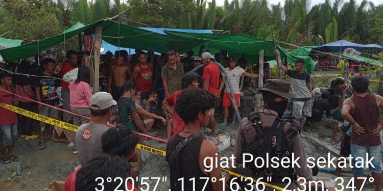 Kepolisian Bersama Masyarakat Melakukan Pencarian Penambang Emas Yang Tertimbun di Lubang Tambang Desa Sekatak Buji, Foto: Istimewa/Polsek Sekatak