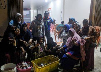 Relawan Kartini Ziyap, Bakar Ikan Sambil Nonton Bareng Debat Paslon. Foto: TMC Ziyap