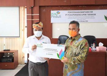 Manager PT PLN (Persero) UPDK Tarakan Heni Setyo Handoko menyerahkan bantuan CSR berupa sarana dan prasarana untuk pengrajin yang tergabung dalam ASEPHI kepada Wali Kota Tarakan Khairul di Gedung UMKM Center Markoni Tarakan, Senin (16/10). Foto : Humas Pemkot Tarakan.