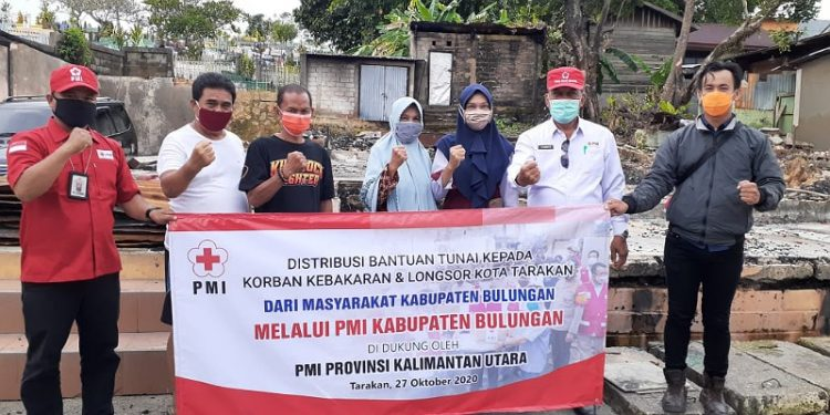 Pengurus PMI Kaltara Distribusikan Bantuan dari Warga Bulungan Untuk Korban Longsor dan Kebakaran di Tarakan. Foto: Istimewa/PMI