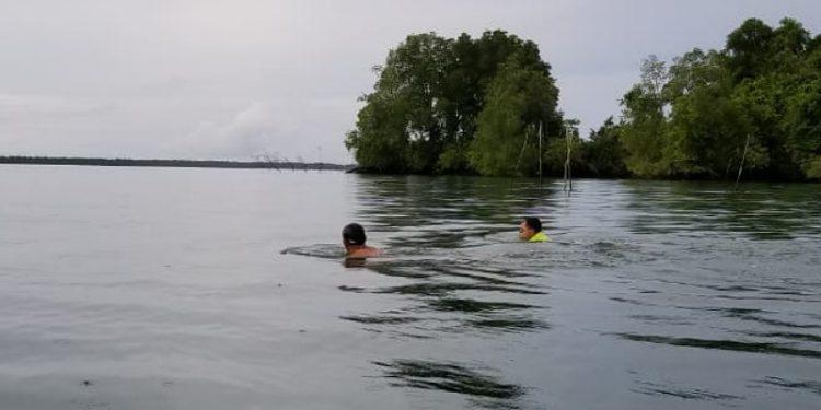 Renang Bebas, Ibrahim Rusli dan Brigadir Ramadani di Perairan Tarakan. Foto: Istimewa